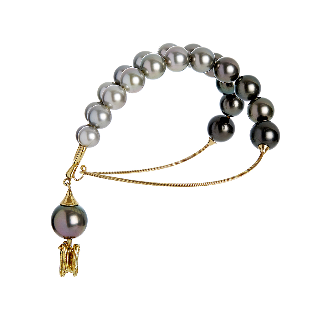 Gurmit's Toga cuff in yellow gold and Tahitian pearls.