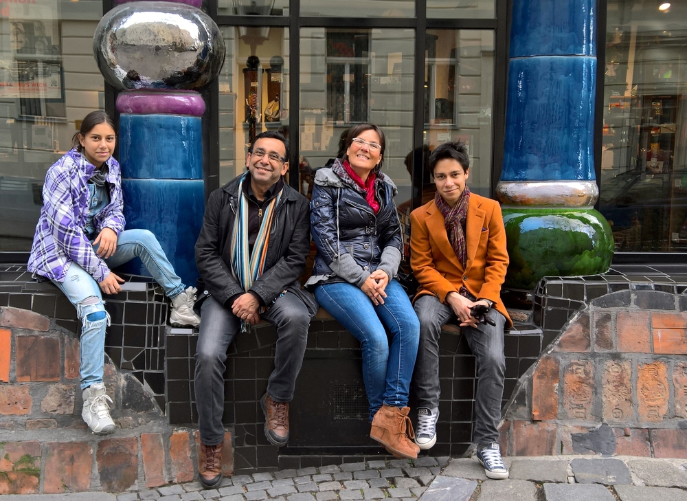 Angelika mit Familie vor dem Hundertwasser-Museum.JPG