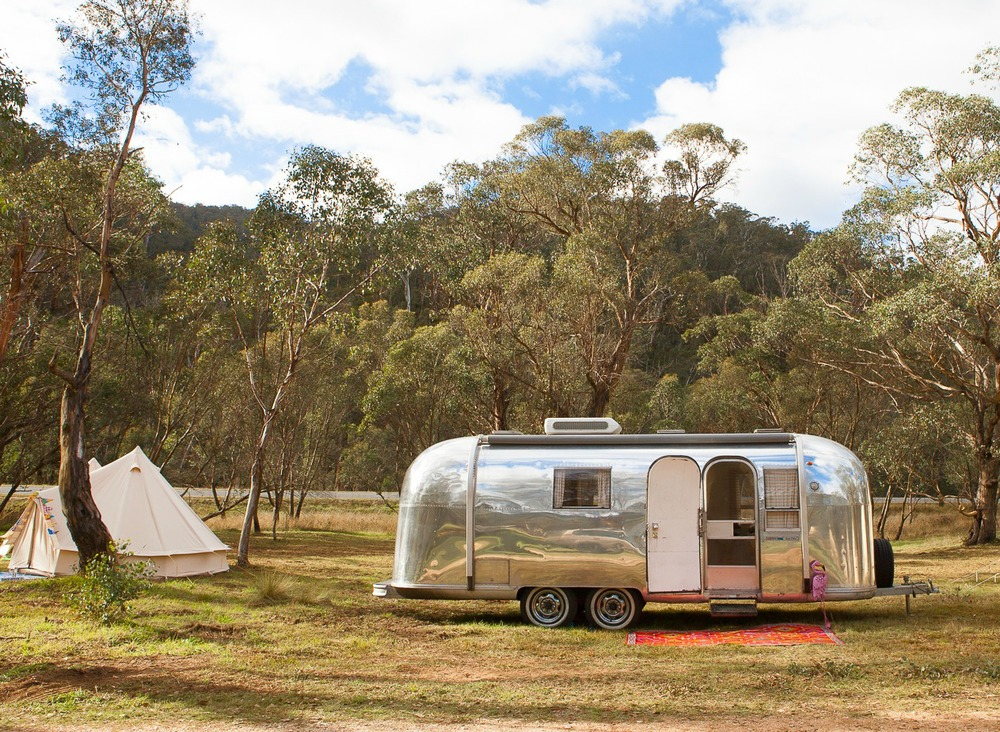 This is Peggy Sue, a 1966 Airstream Trade Wind caravan available through Happy Glamper.