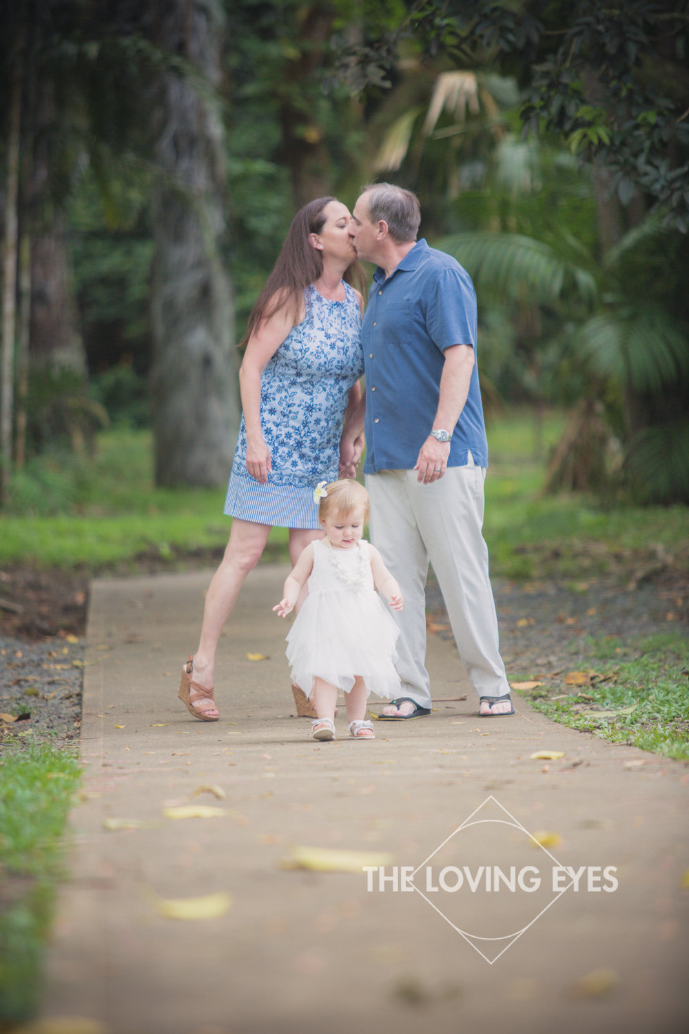 Family portrait with kissing in Hawaii at Hoʻomaluhia Botanical Gardens
