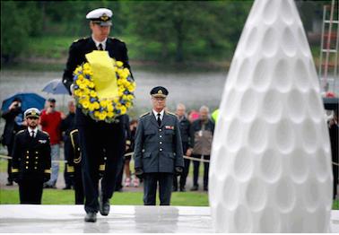 """Under Veterandagen 29 maj 2013 invigde kung Carl XVI Gustaf """"Restare"""", ett minnesmonument av Monika Larsen Dennis för de svenskar som gjort utlandstjänst i olika konfliktområden.FOTO: JESSICA GOW/TT"""
