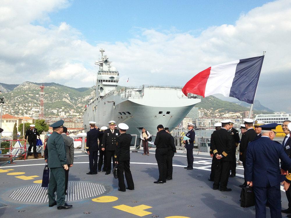Försvarsattachéresa till marinbasen i Toulon. Mistral-fartyg i bakgrunden