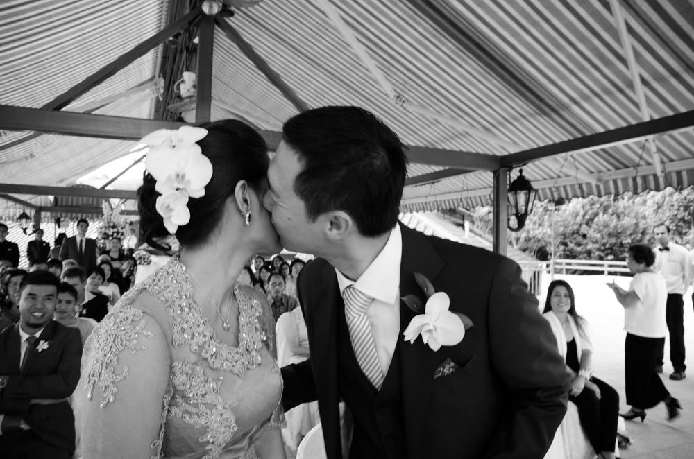 wedding-photography-singapore-couple-kiss