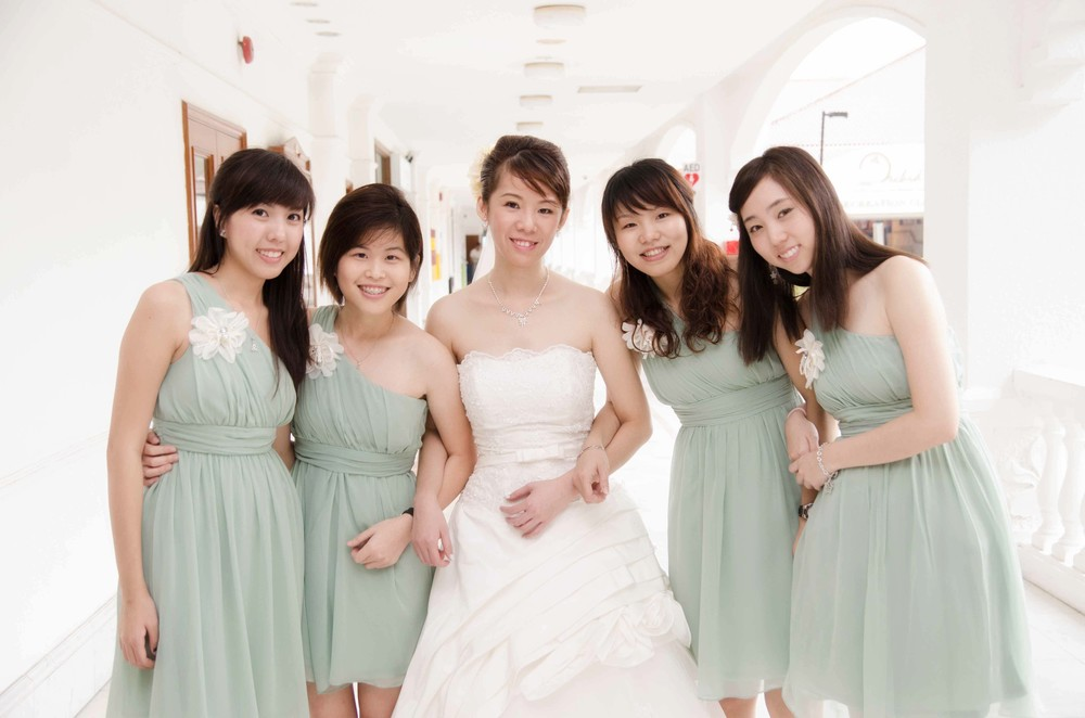 bride-sisters-group-picture