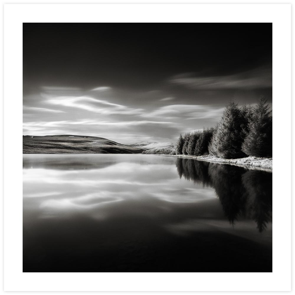 Lac de tourbière sur le plateau du Cézallier, photographie infrarouge.