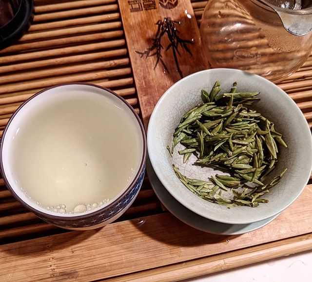 2019 Pre-Qingming Sparrows Tongue Que She green tea from @white2tea. This tea is a lower elevation and is usually picked 15 to 30 days before the Qingming Festival date of April 5. Pretty stoked to see a 2019 available for my tea class last weekend. Doesn't get much fresher than this . . . #tea #greentea #gaiwan #gongfu
