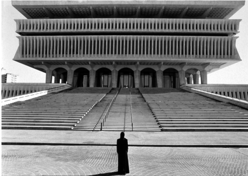 Shirin Neshat, Soliloquy  (double-screen projection, 1999) Collection of MACM; Production still: Courtesy Gladstone Gallery