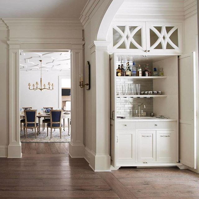 A random width plank pattern adds such authenticity to a classically designed home. Our new White Oak floors have a gorgeous antique texture and patina thanks to our signature aging process. . #designinspiration #ihavethisthingwithfloors #europeanwhiteoakfloors #bar #floor #plank #pattern #stephengambleinc #bespokeflooring #finefloorsandfinishes #brooksandfalotico #hobbs #luxuryfinishes #antique #oak #classic #texture #patina #architecture #home