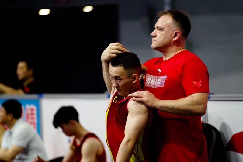 Coach Esa helping Xiao Ruoteng w/recovery