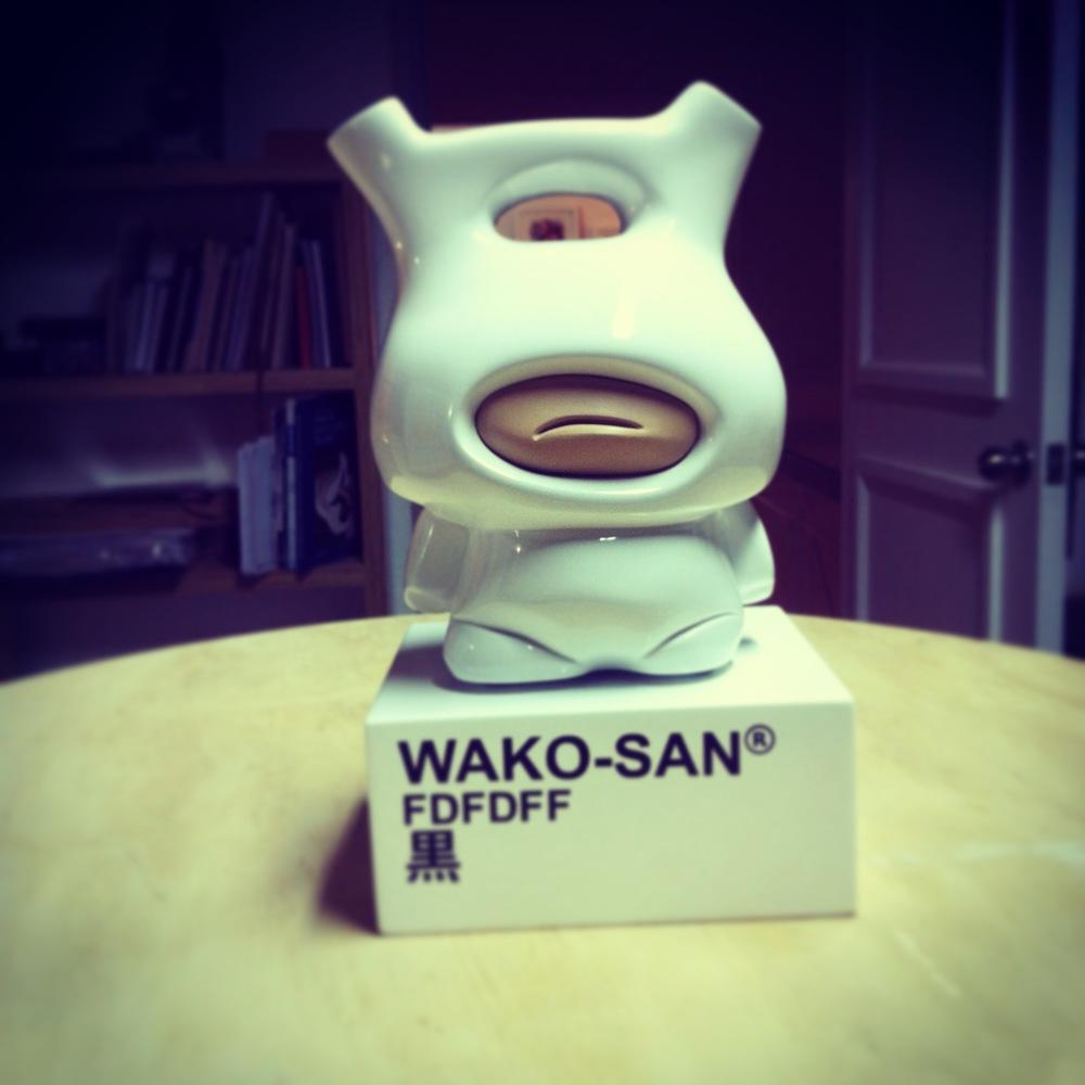 Piezas de Wako en resina de poliester con base de madera pintada en poliuretano blanco