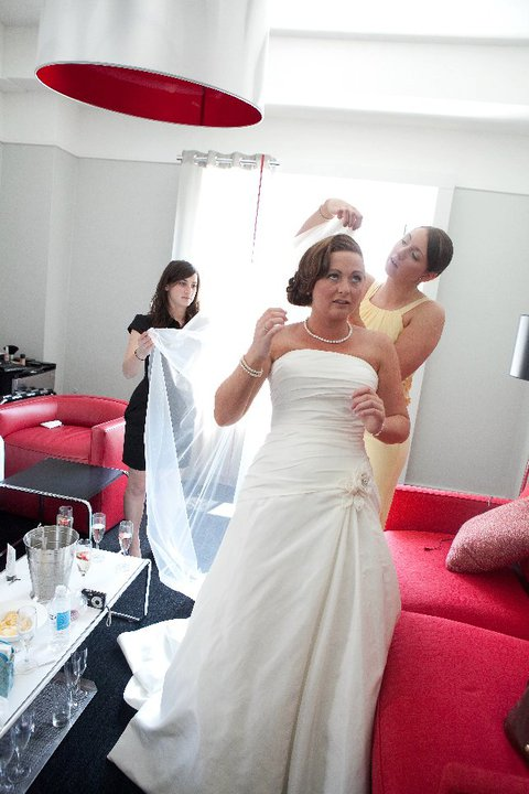 Helping the bride put on her veil! (Photo: 1.Art Beauty Life)