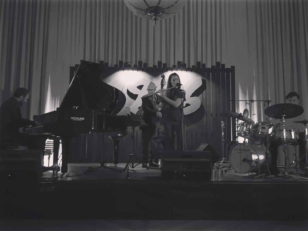 - María Toro - Flauta, ComposiciónAntonio Miguel - ContrabajoMoisés Sánchez -PianoCarlos López - Batería