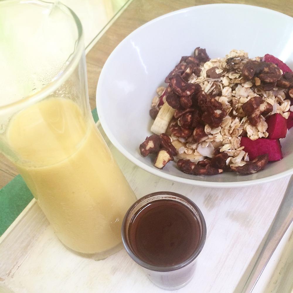 Rå mango yogurt med rå chokolade sovs, boghvede granola, dragefrugt og chokolade overtrukket cashew nødder.