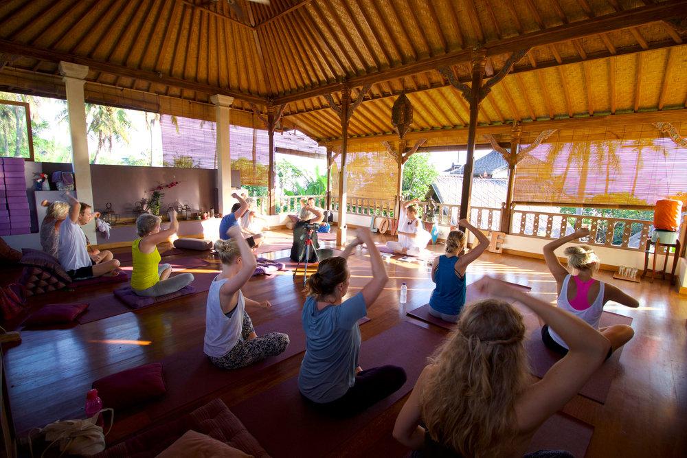 Essensprogram intuition essens kundalini yoga program online nickoline camille meditation yoga selvværd selvtillid mantra hjem til dig selv din kerne yogi business manifestation penge parforhold soulmate eventyr magi bali yogaretreat