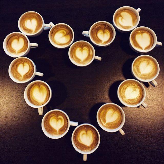 Vi på Primulator ønsker alle våre kunder, samarbeidspartnere og følgere en fin Valentinhelg (og morsdag) med dette hjertet laget av våre baristaer.  Husk at du alltid får gratis baristakurs hos oss ved kjøp av espressomaskiner.  God helg! ❤️☕️#latteart#primulatoras#barista#faema#heart#valentine
