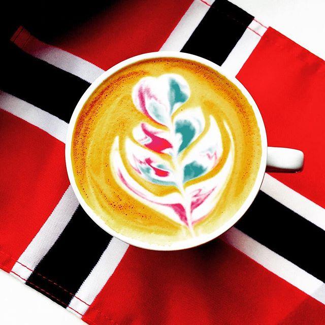 🇳🇴 17 mai er rett rundt hjørnet og vi gleder oss stort. I anledningen har våre baristaer laget en egen 17 mai cappuccino. Vi ønsker dere alle god pinse og 17 mai feiring! 🇳🇴 #faema#pinse#lacimbali#primulator#cappuccino#17mai#latteart