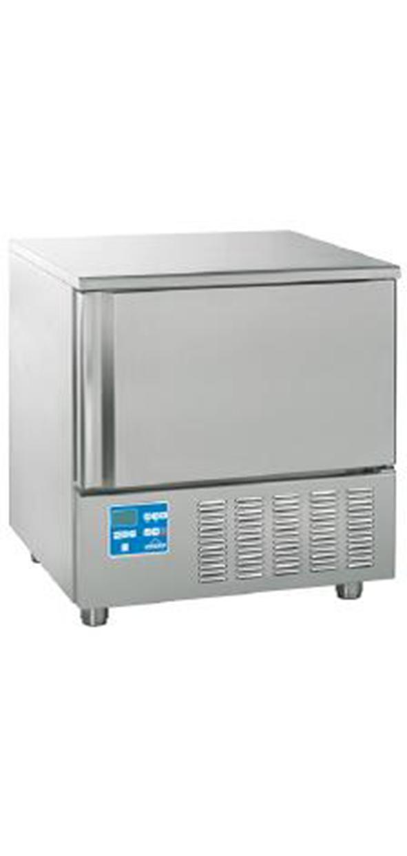 SJOKKFRYSERE Etter at isen din er klar bør den innom en sjokkfryser (blast chiller). Her fryses det ytre laget på isen ned til 35 minusgrader og gjør at produktet ditt holder kvaliteten lenger. En sjokkfryser har også mange andre bruksområder, for eksempel er den perfekt til rask nedkjøling av varmmat, noe det blir mer og mer fokus på i profesjonelle kjøkken. Også her finnes det modeller i alle størrelser, fra enkle to-hyllers til 48-hyllers gastronorm.