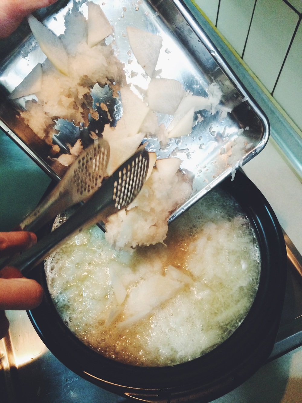 2、大量蘿蔔泥加進去,煮到蘿蔔泥變成半透明的顏色後就加入豆腐。