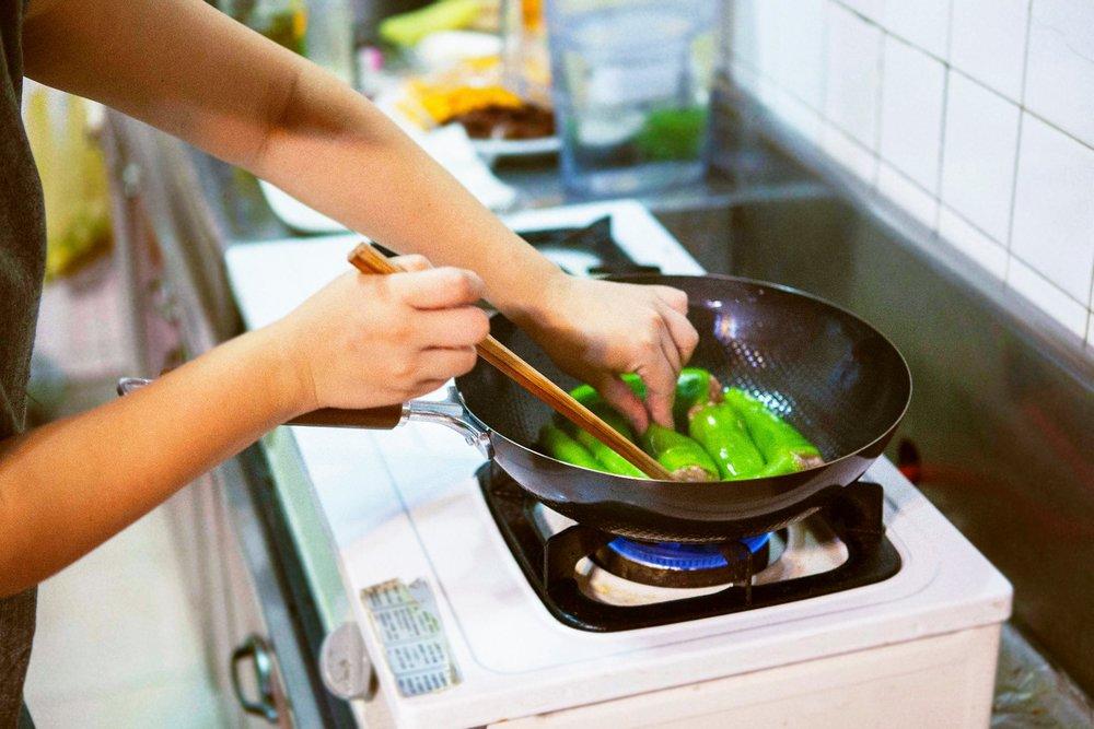 辣椒鑲肉入鍋先煎,不粘黏好優雅。