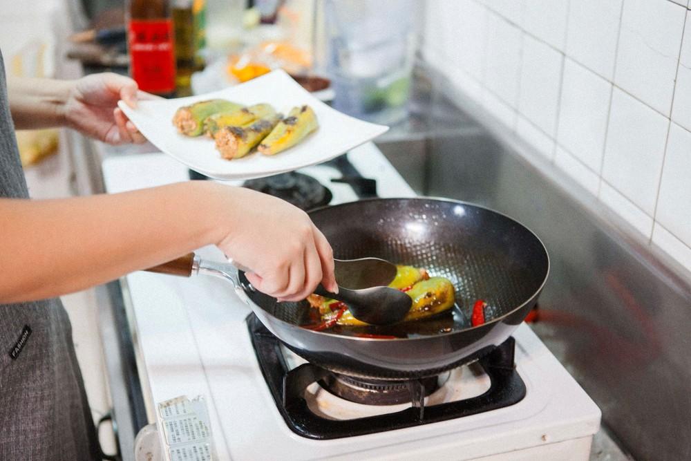 大火煮製後,原本不用費太多的醬料收得剛好,優雅起鍋。