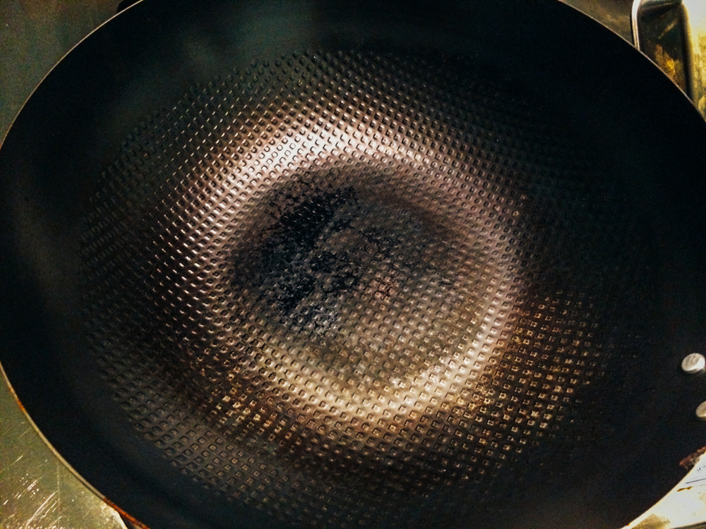 這是我們自己使用的神器,可以看到邊緣也有因為熬煮醬料再拿去用鋼刷刷之後周圍露出的金屬部分,不過這都不影響使用,也絕對安全。
