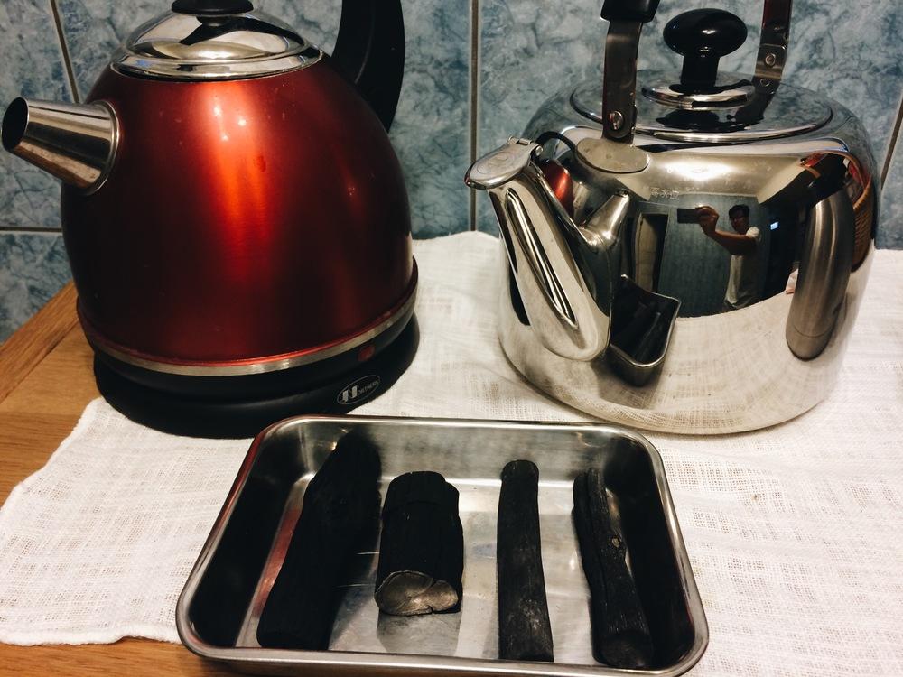 快煮壺和放冷水的煮水壺,家裡隨時備用碳當做替代交換。
