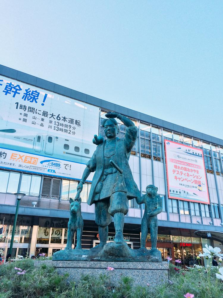 (岡山車站前最知名的桃太郎雕像)