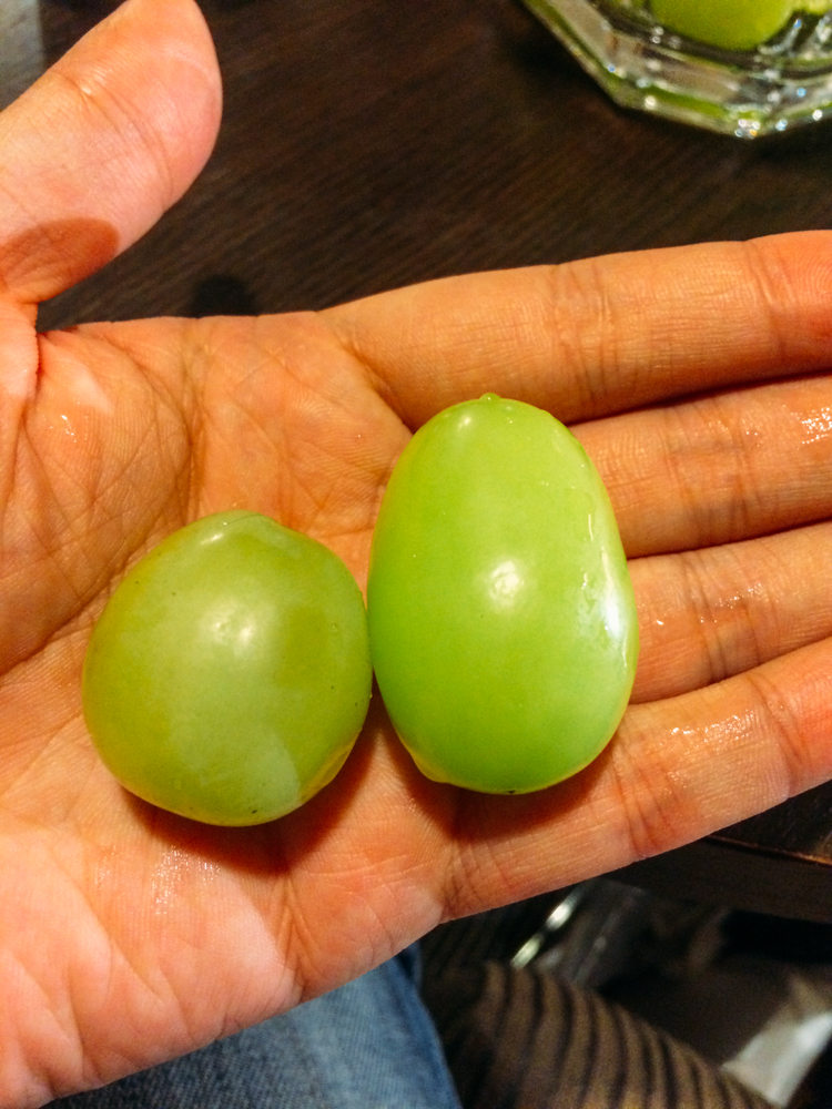 (左邊是桃太郎品種葡萄,右邊是麝香葡萄。)
