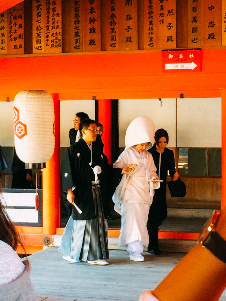 新娘非常緊張,但也難怪,因為超過20多個旅客都在看她啊~