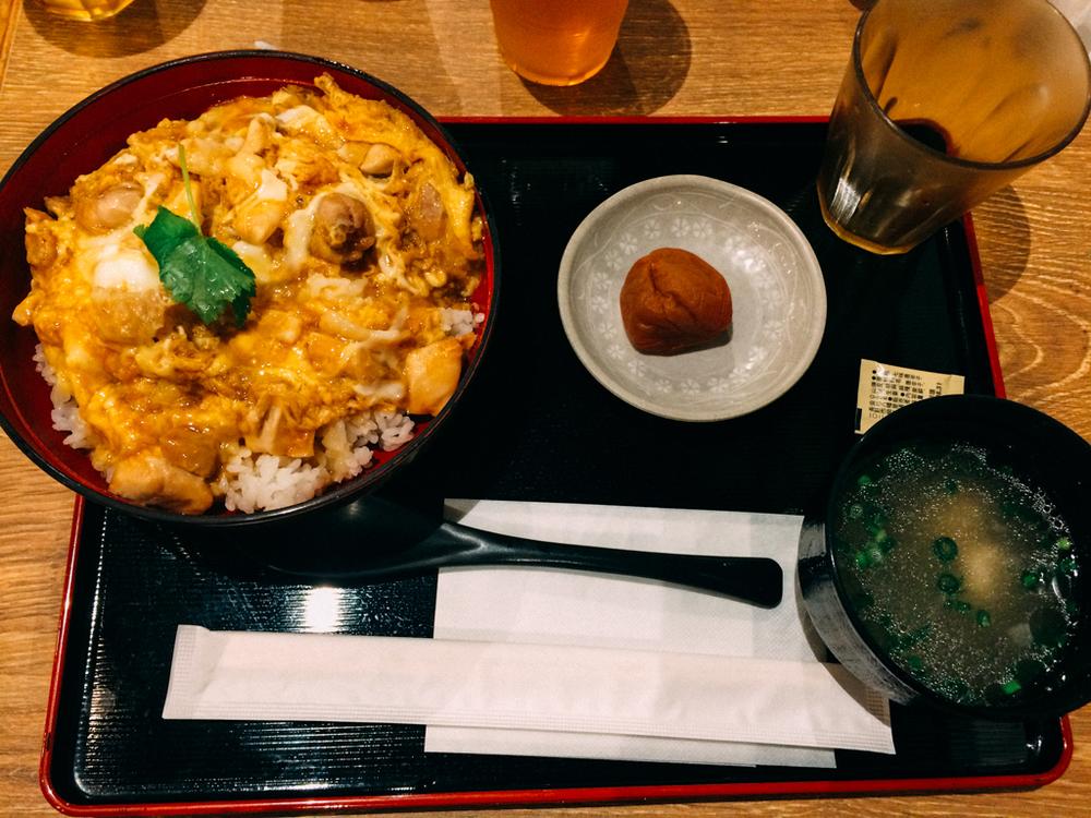 標榜使用日本三大雞的親子丼,配上一顆醃漬南高梅。