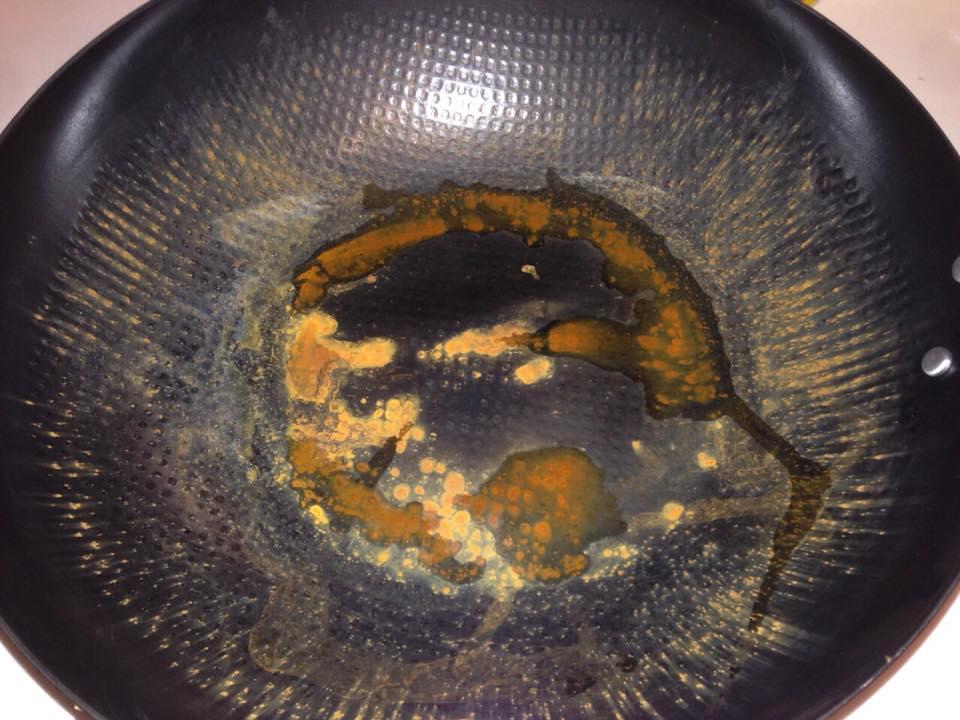把鐵鍋泡水一個晚上一定就會生鏽,千萬不要泡水! - 有黏底直接刷掉就對了