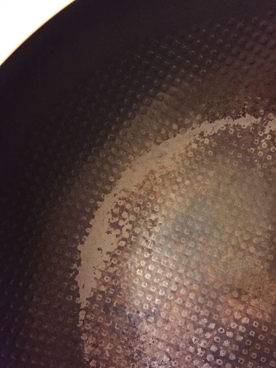 清潔鐵鍋最多只要把沾粘焦黑的部分(如醬汁燒焦)的地方刷掉(趁熱刷最輕鬆),不需要拼命刷到見底,你累鐵鍋也累,要更花時間才能養回來。 -