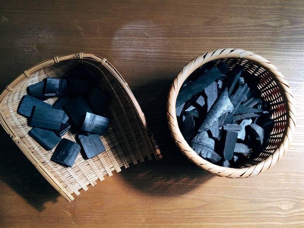 左:淨水竹炭(方整大塊)/右:清淨空氣竹炭(散碎)