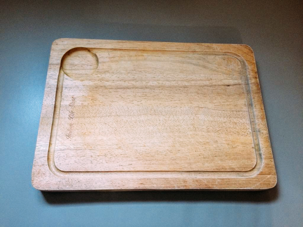 橡膠木砧板,厚且重。