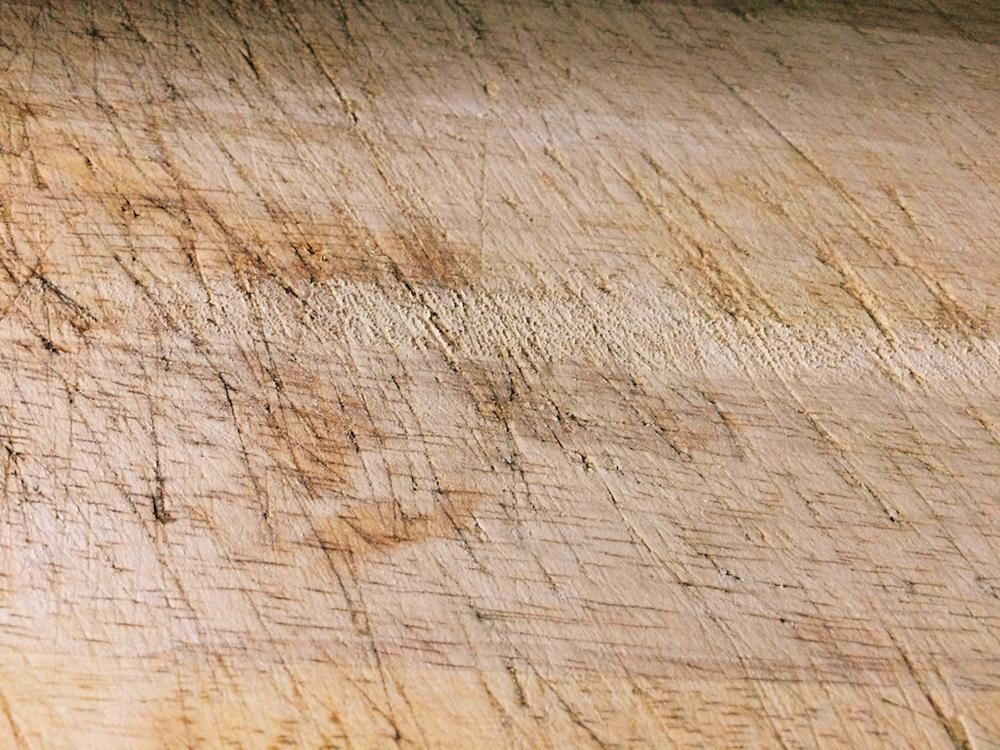 橡膠木砧板用久之後刀痕深刻密佈。