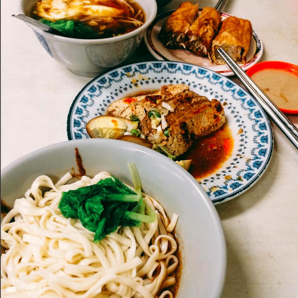 不論餐廳小吃,麵和小菜也多用美耐皿餐具。