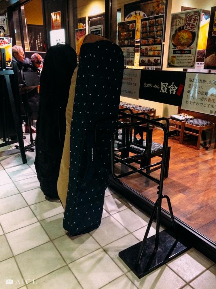 餐廳外都有放著供滑雪板置放的架子