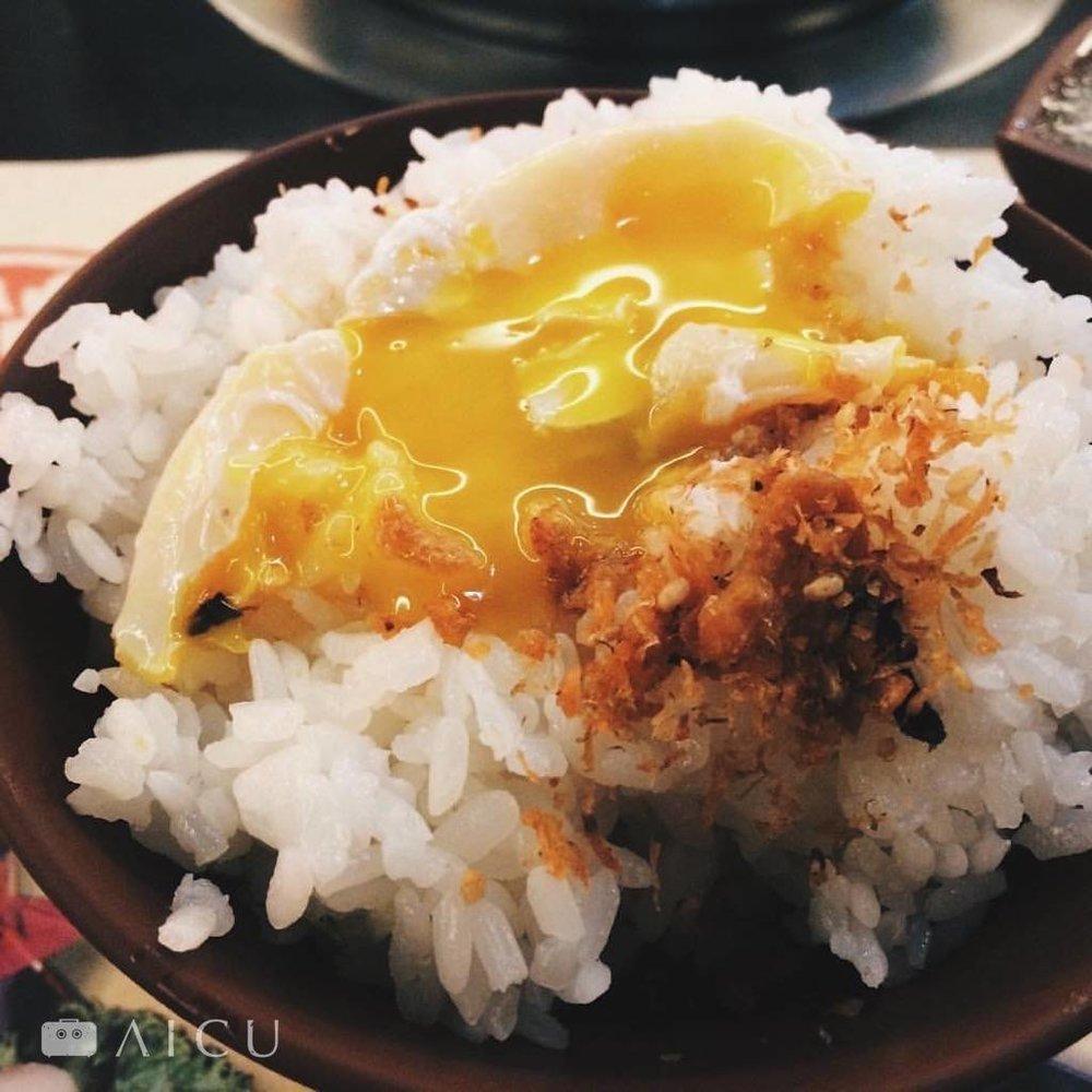 吃涮涮鍋時可以將蛋打在湯勺上涮,等到半熟再放到飯上弄破,非常好吃喔!