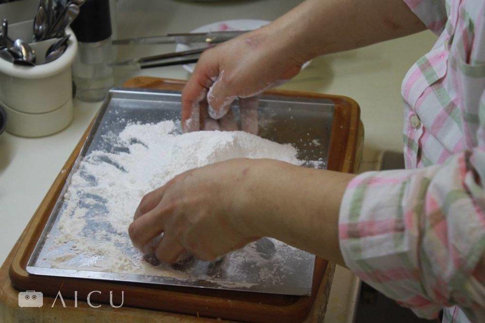 三合粉:麵粉、地瓜粉、太白粉,三種照比例混合之後,就擁有乾爽的麵衣。