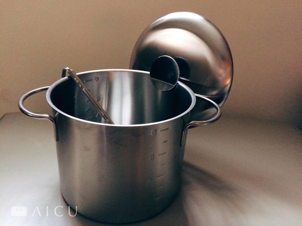 特別加大的圓形鍋蓋可以輕鬆掛在鍋旁,怎麼樣掛都不會掉。