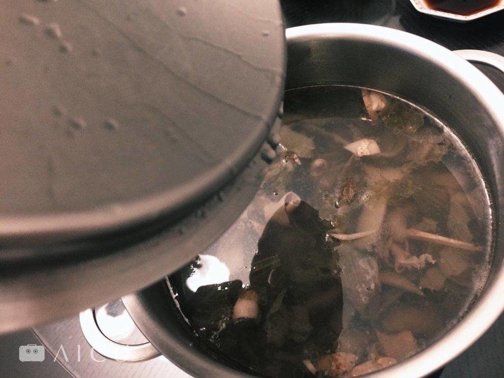 一般常見的湯鍋蓋子沒有設計凹槽,一打開就滴的到處都是。