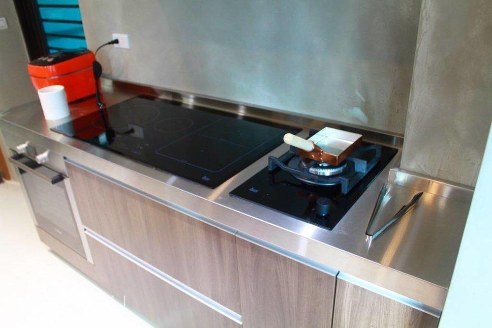 爐火,安排了IH爐以及保留一個瓦斯的爐火,好可同時享受兩種火力以及相對應鍋具的不同;IH爐加熱均勻、穩定,而瓦斯以鐵鍋炒菜則激昂有力。