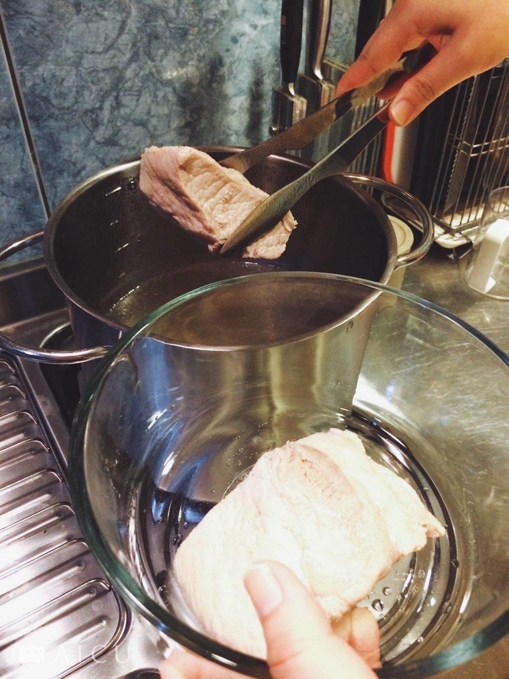 將整塊肉和高湯裝起