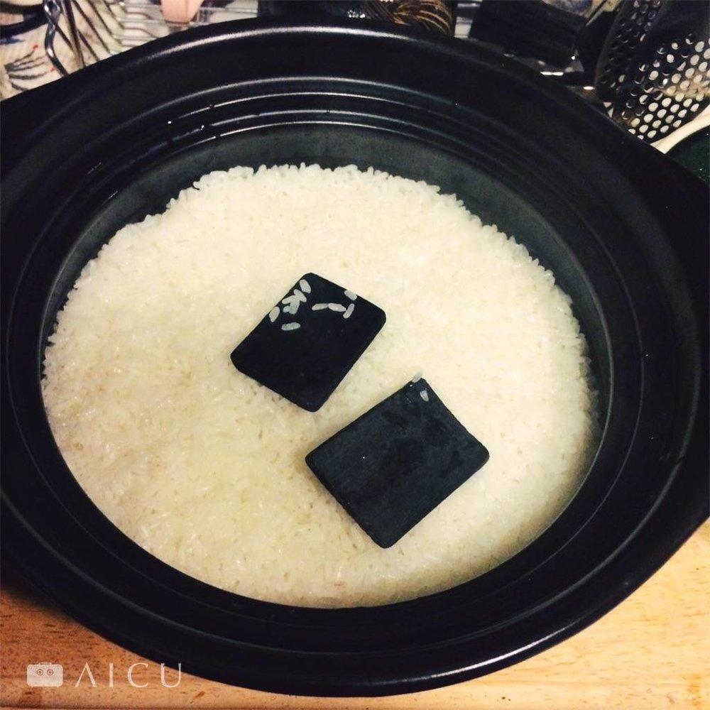 加窯燒竹炭一起煮,讓米味道更乾淨好吃。