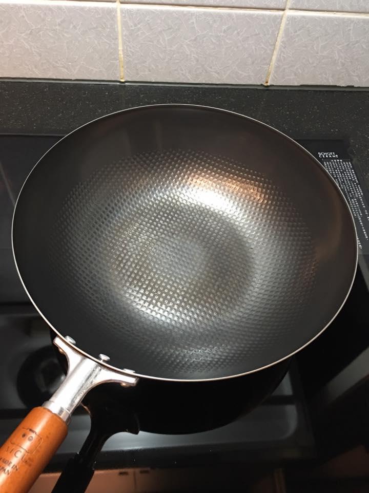炒鍋新成員使用2個月,有時還是會沾但是挺好清理的,用棕刷兩三下就乾淨,用它炒菜時鍋裡的香氣,讓我更喜歡做菜,尤其是做紅燒雞時的香氣真是香噴噴~(噢...感覺現在就想炒來當宵夜惹),還有重量不重單手操作不困難也是我愛的點,每次洗完熱鍋烘乾後出現的香氣也是很讚~真的愛不釋手..使用它都讓自己好開心。