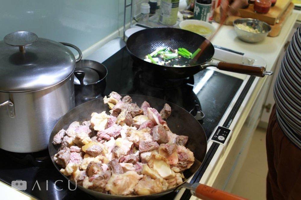 牛肉下去不要一下就翻動,要有耐心確實煎香。