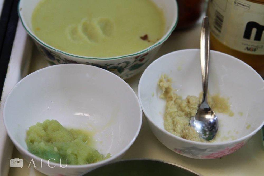碗底一定要用磨出來的蒜泥和薑泥才會香。