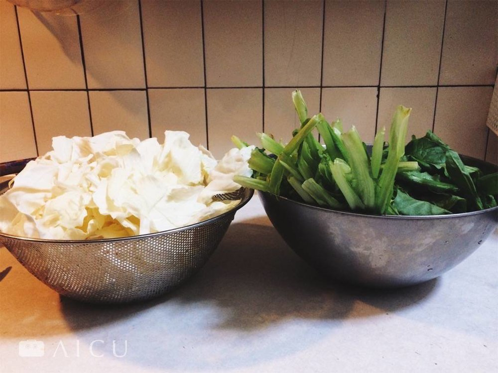 以這樣兩大盆滿滿的青菜,以28公分鐵鍋炒剛剛好。