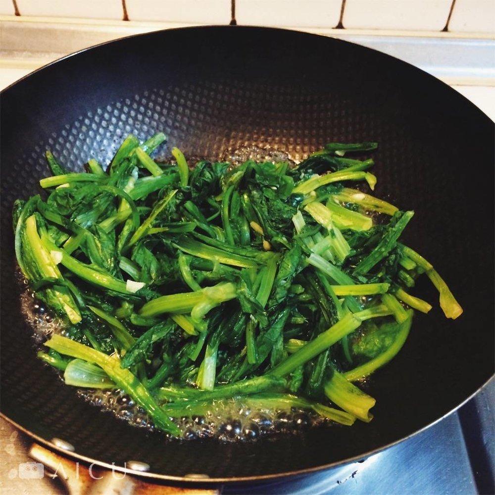 一大盆的青菜炒好會縮水成這樣。