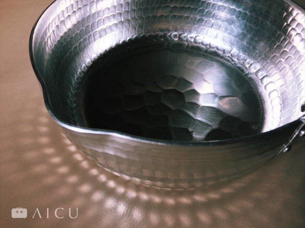 真正鎚打過的雪平鍋至少要像這樣緊密,且鍋壁厚實才好。